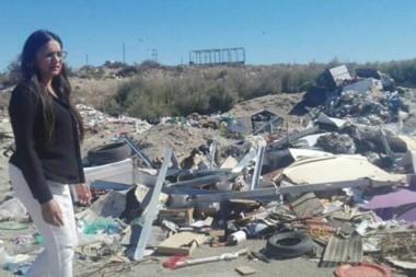 """""""Abandono"""". La concejal Banuera recorrió el sector del Girsu y criticó fuerte la inversión sin resultados."""