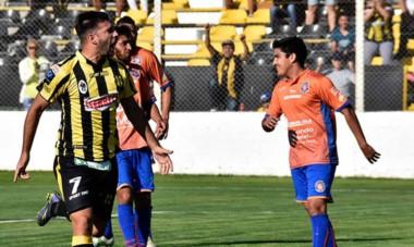 Brian Uribe celebra el tanto de la victoria de Deportivo Madryn, ayer en condición de local ante Roca. Se define el próximo domingo en Río Negro.