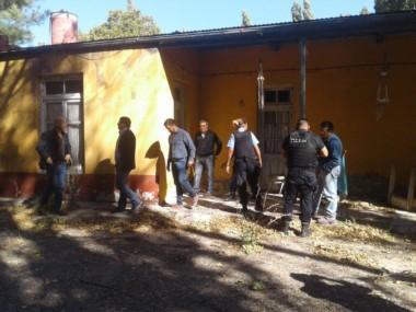 Policía y fiscales revisan la propiedad (foto @natiaferrari)