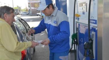 Dueños de estaciones de servicio esperan que la petrolera estatal YPF ajuste los precios de sus combustibles entre 5% y 6% en las próximas horas.