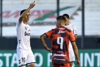 Jonathan Torres festeja el primero de Quilmes, que lo perdía 1-0, pero se despertó y se lo dio vuelta 2-1 a Deportivo Morón para soñar con la permanencia.