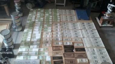 Cayó una banda de falsificadores de billetes con millones de pesos y dólares truchos.