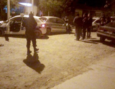 Personal policial en el lugar de los confusos hechos en Trelew.