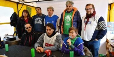 En el acampe los representantes sindicales brindaron la conferencia de prensa.