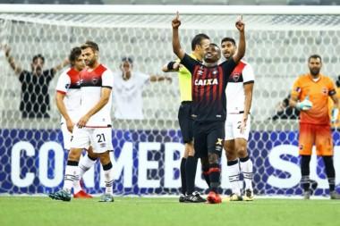 Newell's no pudo hacer pie en Brasil y cayó goleado 3-0 ante Atlético Paranaense.