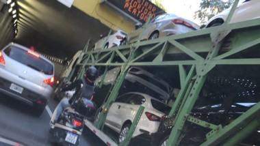 Al oculista! El camionero calculó mal la altura del túnel y destrozó varios autos 0 km. (Redes)