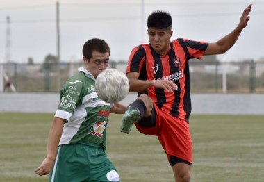 Independiente derrotó a Dolavon por 3 a 2, en un partido que tuvo cinco espulsados.