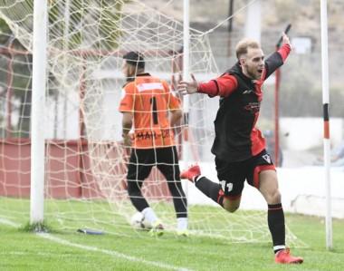 Genio y figura. Mariano Fernández marcó ambos goles de Gaiman. En imagen, celebra el tanto del triunfo.