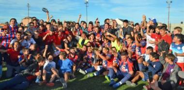 El festejo tan esperado, con familia y amigos. Unión San Martín Azcuénaga se quedó con el trofeo del último Torneo Federal C de fútbol.