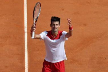 Djokovic rompe mala racha, avanza a 2da ronda en Montecarlo.
