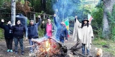 Integrantes de la comunidad mapuche Paicil Atriao de Villa La Angostura tomaron este fin de semana tierras privadas. (LM Neuquén)