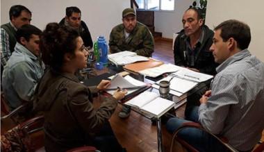 Los  vecinos reunidos con Juan Pablo  Luque y  Maximiliano Sampaoli.