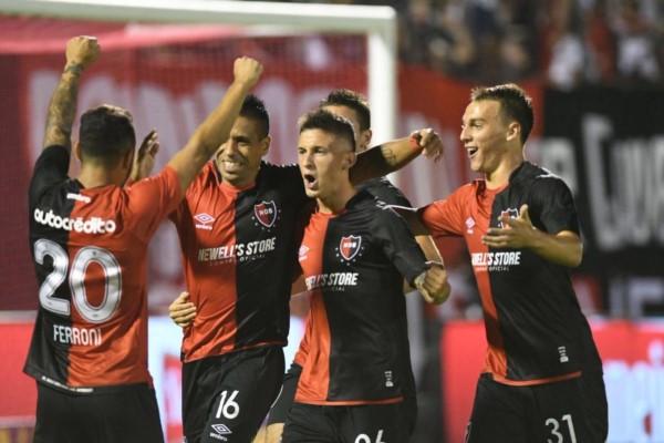 Abrazos para Figueroa, autor del primer gol de Newell