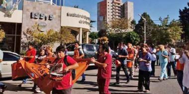 Protesta. Un grupo del SISAP se movilizó en Trelew pidiendo por la normalización de la obra social.