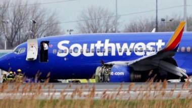 El avión accidentado, ya en tierra, muestra el motor que explotó en pleno vuelo.