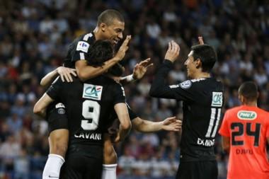 Cavani alza a Mbappé, autor de un gol, y Di María se une al festejo.