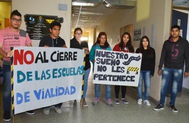 Reclamo. En forma pacífica, los jóvenes estudiantes endurecieron su protesta en Vialidad Nacional.