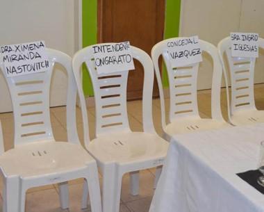 Hay sillas vacías. Un reflejo de la ausencia de las autoridades.