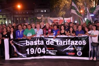 """Se realizó anoche la """"marcha de las velas"""", convocada por representantes del kirchnerismo, dirigentes gremiales y organizaciones sociales."""