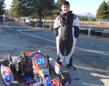 Brian Hernández de pie junto a su karting. El joven aprendió las indicaciones de banderas y corrió el sábado.