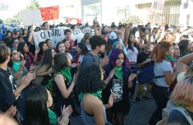 Jóvenes. Los beneficiarios del boleto gratuito protestaron por su derecho en la ciudad del Golfo.