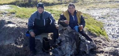 """Julio Calvo y Elido """"El Chino"""" Videla en el pozo en las Islas Malvinas donde hace 36 años compartieron la vida siendo dos jóvenes madrynenses defendiendo el suelo argentino."""