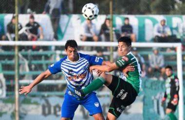 Rafael Bellido, exdelantero de Germinal, lucha sin contemplaciones por la pelota en El Fortín.