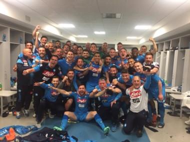 Gran festejo del Nápoli en el vestuario tras vencer a Juventus en su propia casa.