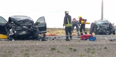 Los dos vehículos con severos daños luego del brutal impacto de frente entre ambos en la mañana de ayer. Bomberos y policías en el lugar.