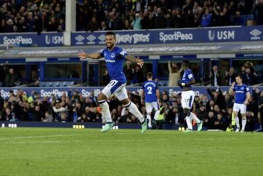 Walcott, a los 6' del ST, le dio la victoria a Everton sobre Newcastle.