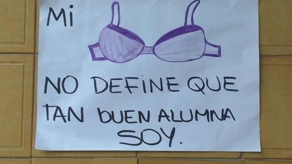 """""""La cantidad de ropa que uso no determina la cantidad de respeto que merezco"""" o """"la ropa no define nuestra capacidad"""" son algunas de las inscripciones que los alumnos."""