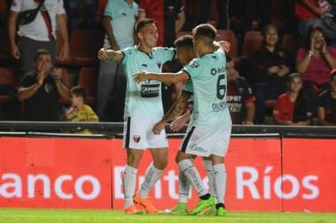 Colón se lució y goleó a Patronato. Correa marcó dos de los cuatro goles.
