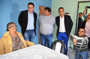 Entrega. El intendente Maderna presidió una nueva entrega de una refacción de una vivienda en Trelew.