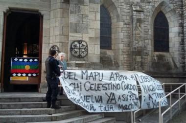 Las ocupantes dijeron estar decididas a permanecer hasta que se presente el cónsul de Chile Bariloche, a quien pretendían elevar el reclamo.