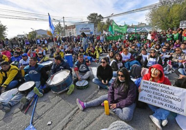 """Sentada. Hasta con máscaras de """"La Casa de Papel"""", los estatales insistieron con su protesta y su exigencia de diálogo con Fontana 50."""