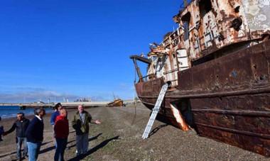 Las tareas permitirán sanear la zona norte del muelle Storni luego de años de contar con el denominado cementerio de buques.