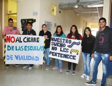 Protesta. En Trelew sigue el reclamo de los alumnos por el no cierre.