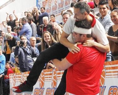 Campeones. Alberto Mollo en los brazos de uno de sus jugadores.