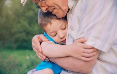 El encuentro entre abuelos y nietos es enriquecedor para ambos.