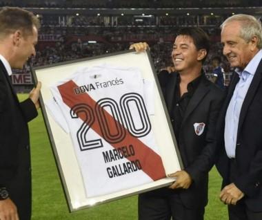 """El """"Muñeco"""" Gallardo recibió una camiseta por lo 200 partidos como DT de River."""