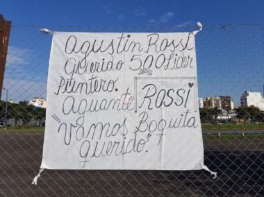 Durante la práctica de hoy, apareció esta bandera en apoyo al arquero Agustín Rossi.
