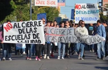 Protesta sin fin. La comunidad educativa del establecimiento en Trelew respondió los dichos de Iguacel.