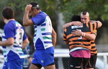 Abrazo entre los hermanos Antubil, en uno de los tries de Bigornia, que venció de local a Trelew RC.