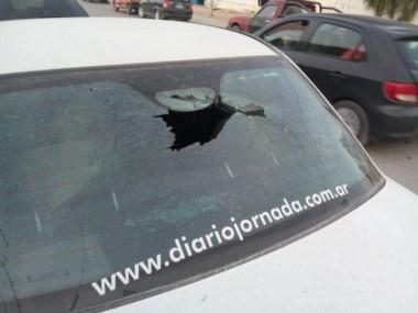 Así quedó el móvil de Jornada, tras recibir un impacto con una piedra en su luneta.