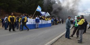 Protesta. Los trabajadores durante la manifestación y el corte en la ruta 259 de la cordillera.