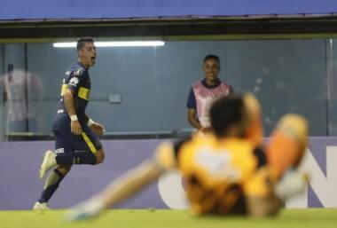 Para Boca: Junior no fue ningún problema en la Bombonera. Pavón festeja su gol.