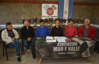 Jorge Aidar Bestene (centro), presidente de la Asociación Mar y Valle, encabezó ayer la presentación del GP.