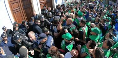 Los incidentes. Desde el sector sindical comenzaron a hacer fuerte presión para poder ingresar al edificio de la Casa de Gobierno en Rawson.