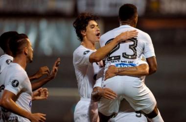 El festejo de los jugadores de Santos, que se llevaron los 3 puntos de la cancha de Quilmes.