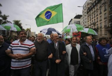El arco opositor argentino marchó ante la embajada de Brasil apoyando a Lula Da Silva.